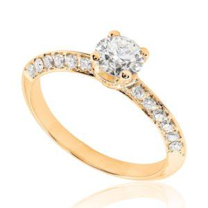 Scintillante : Bague de fiançailles en or rose 18k, micropavée sur épaules biseautées. Épaules et griffes pavées, serti grain 40 diamants G/VS total 0.25 carats.