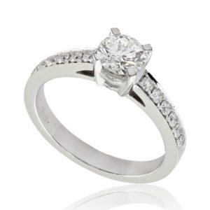 Radieuse : Bague de fiançailles en platine aux épaules pavées. Épaules pavées, serti grains 12 diamants G/VS total 0.17 carats.