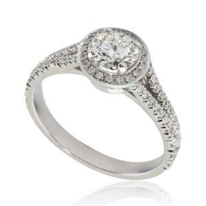 Majestueuse : Bague de fiançailles en or blanc 18k, halo sur anneau fendu et pavé. Halo et épaules serties 58 diamants G/VS total 0.29 carats.