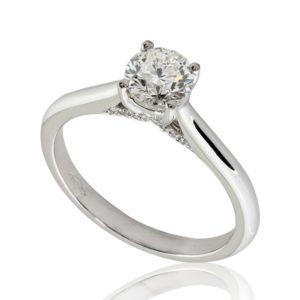 Délicate : Bague de fiançailles en platine au pavage latéral. Pavage latéral 20 diamants G/VS.