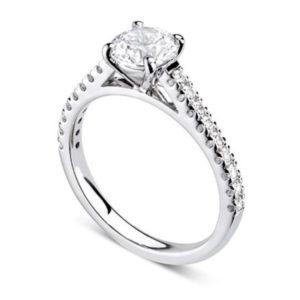 Chatoyante : Bague de fiançailles en or blanc 18k aux épaules serties sur cathédrale. Épaules serties griffes en U 18 diamants G/VS total 0.21 carats.