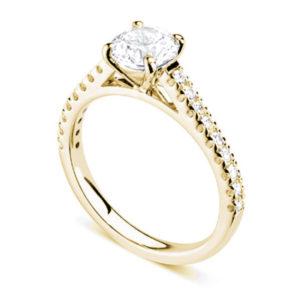 Chatoyante : Bague de fiançailles en or jaune 18k aux épaules serties sur cathédrale. Épaules serties griffes en U 18 diamants G/VS total 0.21 carats.