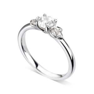 Florale : Bague de fiançailles en or blanc 18k bordée de pétales serties de diamants. Pétales serties grains 6 diamants G/VS.