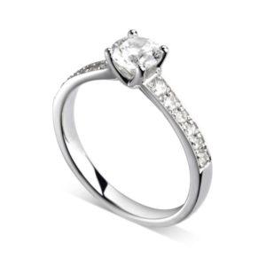 Luxueuse : Bague de fiançailles en platine aux épaules pavées. Épaules croissantes serties double-grains 12 diamants G/VS total 0.16 carats.