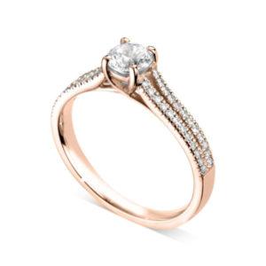 Etincelante : Bague diamant en or rose 18k à griffes en treillis et pavage sur épaules fendues. Épaules pavées en serti dressé 48 diamants G/VS total 0.17 carats.