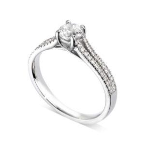 Etincelante : Bague diamant en platine à griffes en treillis et pavage sur épaules fendues. Épaules pavées en serti dressé 48 diamants G/VS total 0.17 carats.