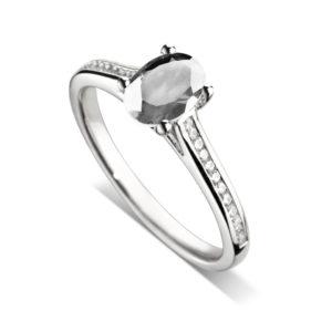 Ovale : Bague diamant en or blanc 18k, cathédrale et sertie diamants G/VS. Épaules serties rail 24 diamants G/VS total 0.11 carats.