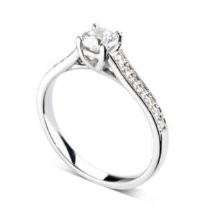 Resplendissante : Bague diamant en platine à griffes en treillis et épaules pavées. Épaules serties double-grains 14 diamants G/VS total 0.20 carats.