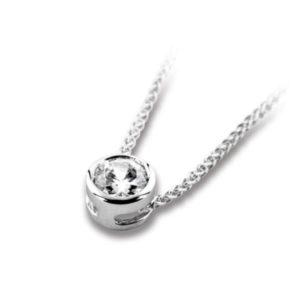 Pure : Pendentif diamant en platine serti clos sans bélière, chaîne en or incluse. Production et livraison en 10 à 5 jours ouvrés.