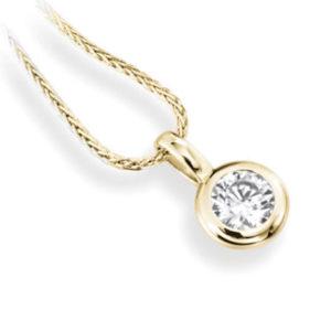 Subtil : Pendentif diamant en or jaune 18k serti clos, chaîne en or incluse. Production et livraison en 10 à 5 jours ouvrés.