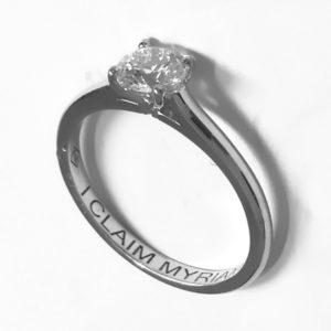 Traditionnelle : Solitaire diamant en platine , bague à cathédrale. Production et livraison en 7 à 4 jours ouvrés.
